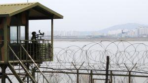 En sydkoreansk soldat blickar mot Nordkorea