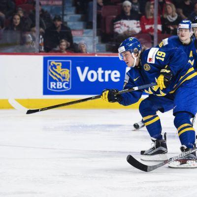 Alexander Nylander sätter in det svenska segermålet.