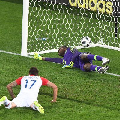 Mario Mandzukic nickar bollen i mål mot Nigeria