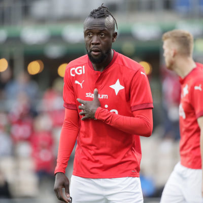HIFK:s Kei Kamara spelar fotboll.