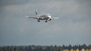 Ett Finnair-plan på väg att anlända till Helsingfors-Vanda flygplats