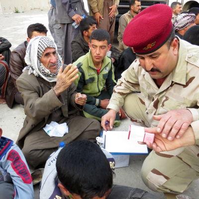 Invånare evakueras från den irakiska staden Dur.