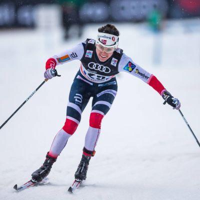 Heidi Weng åkte omkull i Oberstdorf.