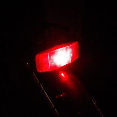 Polkupyörässä valaiseva takavalo