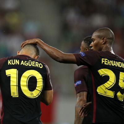 Fernandinho klappar Sergio Agüero på huvudet.