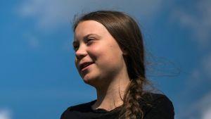 Greta Thunberg med en blå himmel i bakgrunden.