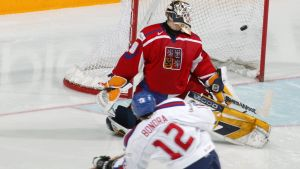 Slovakiens Peter Bondra skjuter mål mot Tjeckien.