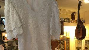 En vit festklänning i spets.