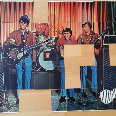 The Monkees som var en TV-serie som också sändes i Finland i slutet av 60-talet. De s.k. Monkees tuggummina blev populär också i Finland och om man lyckades samla alla 55 bilder så blev det en hel affisch. På bilden saknas flere stycken.