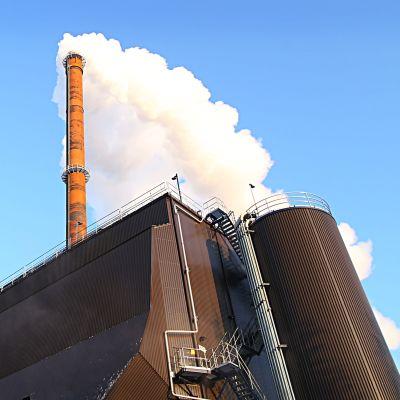 Jyväskylän Energian voimalaitoksen piipusta tupruaa savua