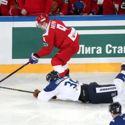 Viktor Antipin skrinnar ifrån Anrei Hakulinen.