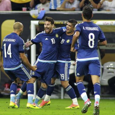 Argentina-spelare är glada över Lionel Messis mål och målrekord.