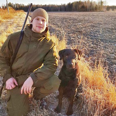 Två bilder på en jägare med sin jakthund.