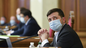 Ukrainas president Volodomyr Zelenskyi iförd ansiktsmask i Ukrainas parlament