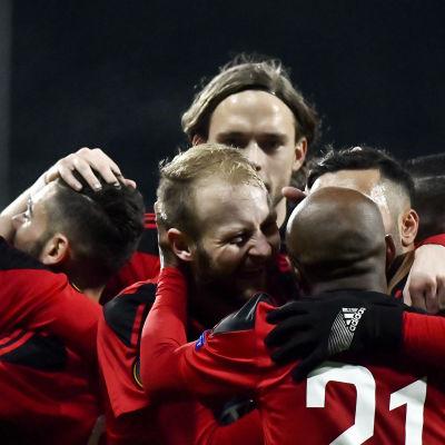 Östersunds spelare firar mål.