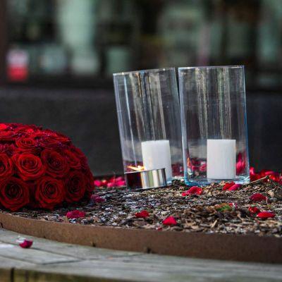 Blommor och ljus utplacerade på huvudgatan i Vetlanda.