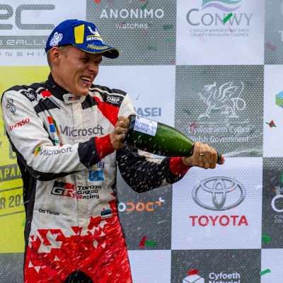 Ott Tänak sprutar champagne.