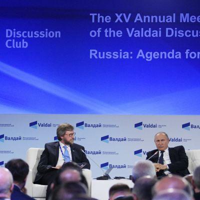 Vladimir Putin diskuterar med Fyodor Lukyanov på Valdaj-möte.