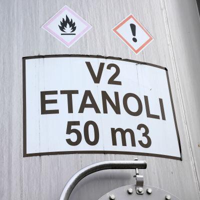 Etanoli-tarra säiliön kyljessä tehtaan pihalla.