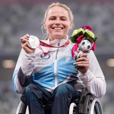 Amanda Kotaja har fått ta emot sin silvermedalj.