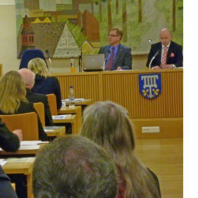 Sannfinländarnas Riikka Slunga-Poutsalo talar i Lojo fullmäktige.