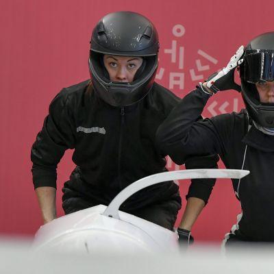 Venäjän olympiaurheilijoiden rattikelkkakaksikko ja ohjaaja Nadezhda Sergejeva