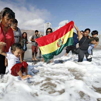 Bolivianska barn badar i havet i Chile 28.3.2018.