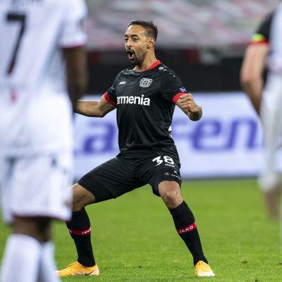 Karim Bellarabi tuulettaa maalia Eurooppa-liigassa.
