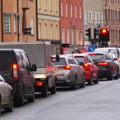 Bilkö vid rött trafikljus i stadsmiljö.