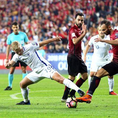 Joel Pohjanpalo kämpar om bollen i VM-kvalet mot Turkiet.