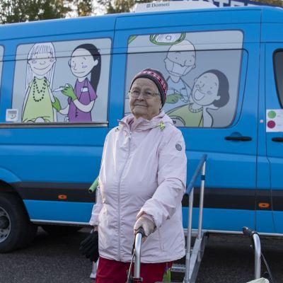 Liisa Siitari käymässä Mallu-autolla.