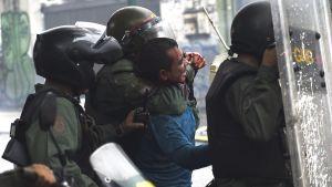 En oppositionsaktivist grips under sammandrabbningar i Caracas 28.7.2017