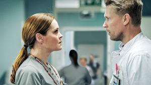 Sairaalasarjan näyttelijät tuijottavat toisiaan.