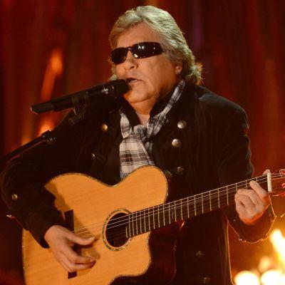 José Feliciano spelar gitarr och sjunger i mikrofon.