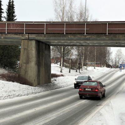 Vanha rautatiesilta ylittää Kuusjärventien Outokummun kaupungin keskustassa.