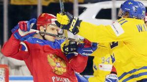 En svensk och en rysk spelare spelar hårt mot varandra.