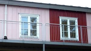 ljusröd och röd vägg med fönster