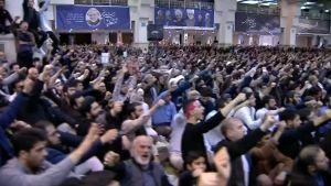 """Ayatolla Ali Khamenei hade en tacksam publik under fredagsbönen i Teheran. Slagordet """"Död åt USA"""" skallade otaliga gånger."""