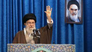 Ayatolla Ali Khamenei höll sin fredagspredikan med ett porträtt på med ett porträtt på ayatolla Khomeini - den iranska revolutionens ledare - i bakgrunden.