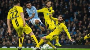 Gabriel Jesus gör mål mot Burton i ligacupen.