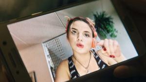 Närbild på en mobilruta där Silja (Linda Manelius) rappar.