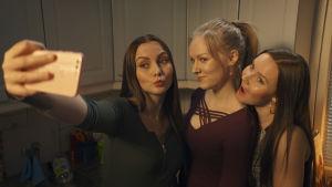 utta Myllykoski, Henna (Suvi-Tuuli Teerinkoski) och Sonja Sippala tar en selfie.