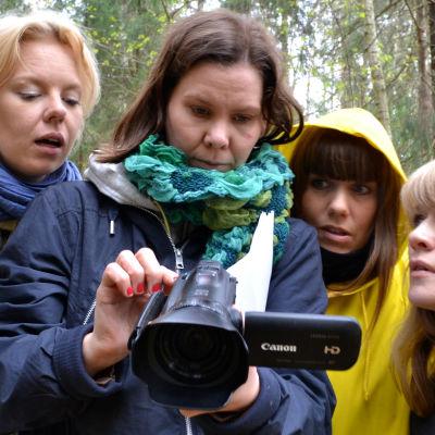 """Sonja Ahlfors, Joanna Wingren, Alma Pöysti och Edith Holmström i Radioteaterns """"Stabat mater""""."""