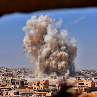 Hårda strider pågår i den syriska staden Deir ez-Zor som belägrats av IS sedan år 2014.