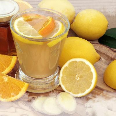 Joulusimaa, inkivääriä, appelsiinin ja sitruunan viipaleita