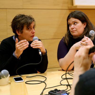 Silvia Modig, Laura Rissanen ja Hannu Oskala ovat tehneet Valtuusto-podcastia lähes vuoden ajan.
