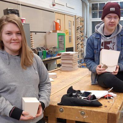 Puuseppäopiskelijat Jessica Honkanen ja Juuso Kaikkonen.