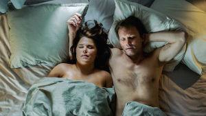 Anna (Mia Skäringer) och Alex (Felix Herngren) ligger tillsammans i sängen.