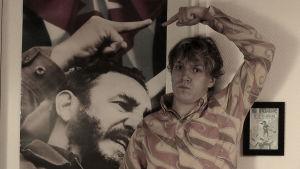 Alfred Backa poserar med en Fidel Castro-plansch
