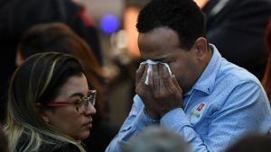En anhängare till Arbetarpartiet gråter över Bolsonaros seger i presidentvalet.